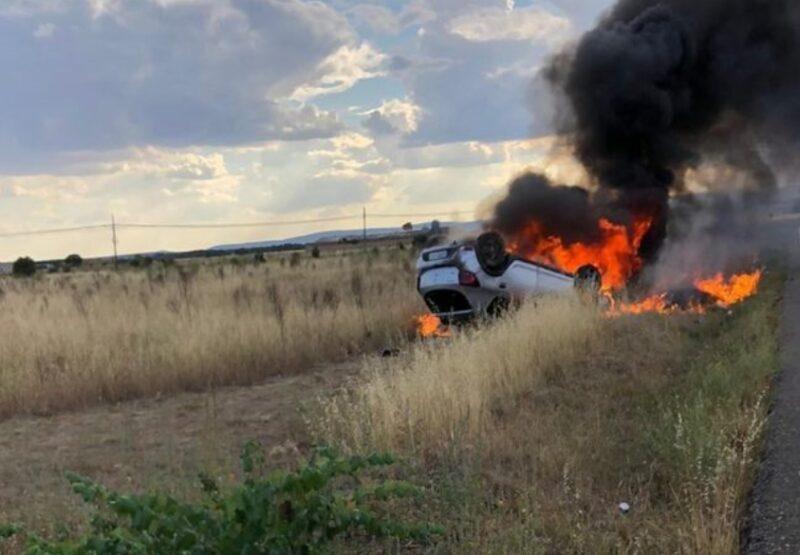 Un herido leve tras incendiarse su coche entre Santiago y Ribas de la Valduerna