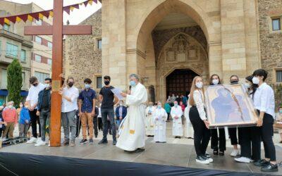 La Bañeza da la bienvenida a la Cruz que San Juan Pablo II regaló a los jóvenes