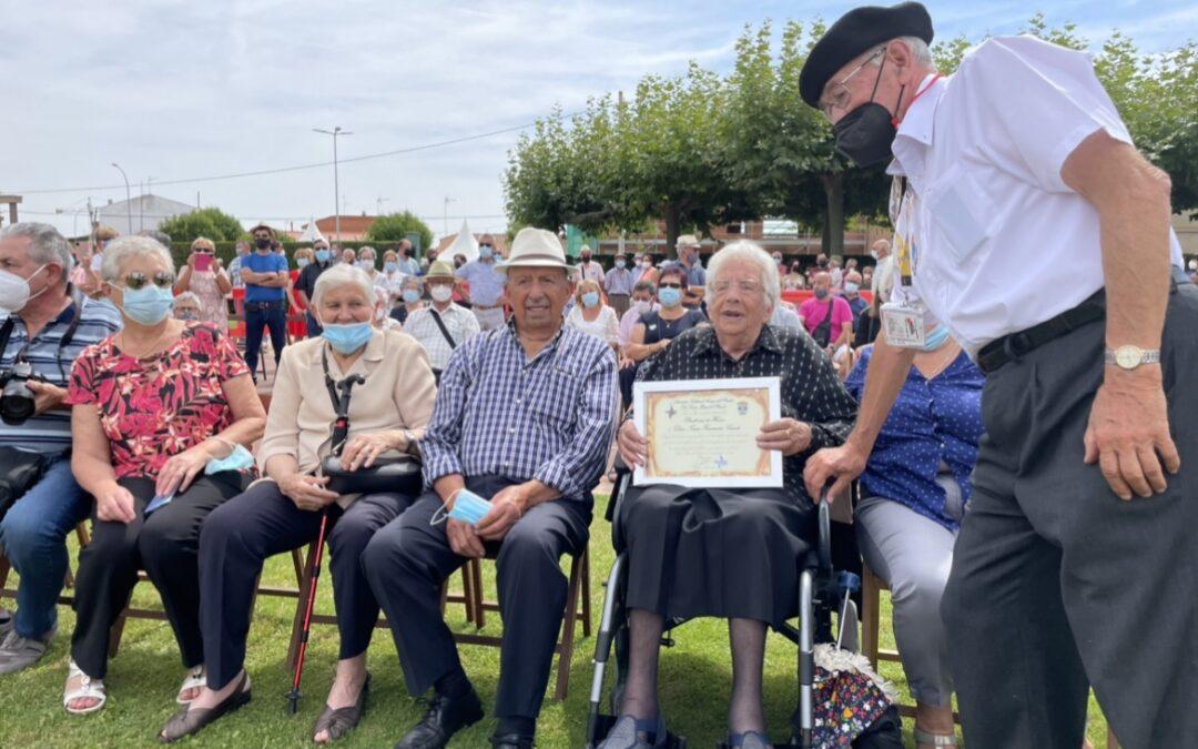Santa María del Páramo acoge el Encuentro de Pendones, con 18 paños parameses, y nombra Pendonera de Honor a Teresa Fernández de 108 años
